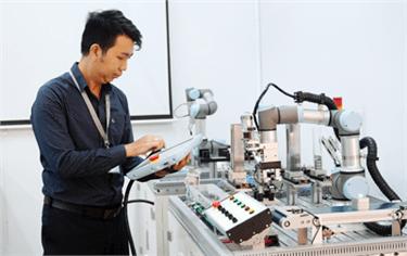 Các trang thiết bị hiện đại tại Phòng Thí nghiệm Điện tử Cơ sở