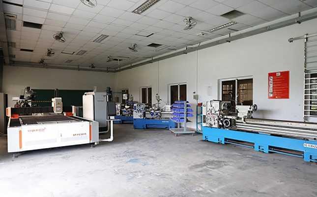 Sinh viên học ngành Điện cơ Ô tô được thực hành trong xưởng Cơ khí - Điện tử với nhiều thiết bị hiện đại